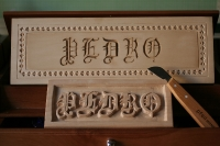 Letra gótica en relieve y Chip Carving
